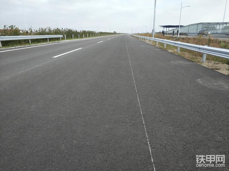 继续更新,用户开车带我前往吉黑高速公路的项目,现场一起看看徐工铣刨机是如何工作的。