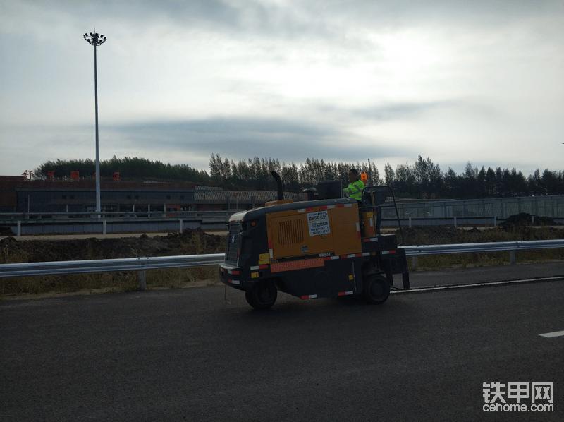 徐工XM503铣刨机正在进行标线坑槽铣刨作业,采用这种方式施工提高了施工的质量,标线使用时间更加耐久。
