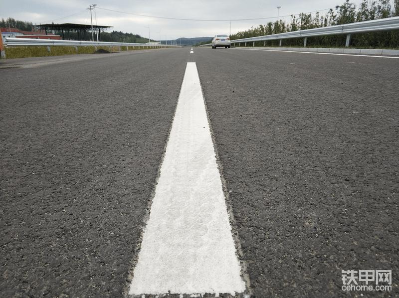 这种先刻槽后画线,此前在黑龙江的项目上有所应用,本次也是首次引入到吉林地区。东北冬季雪多,传统的线在清雪的时候容易损坏,现在的刻槽画线,线与路面齐平,使用寿命更长。
