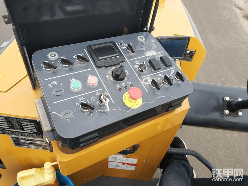 操作面板,沟槽深浅控制,铣刨鼓等工具应有尽有。