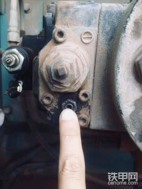 就是调提升阀上面这个小螺丝,调进去点就行了,2个都要调,很简单的动手强的可以自己搞。