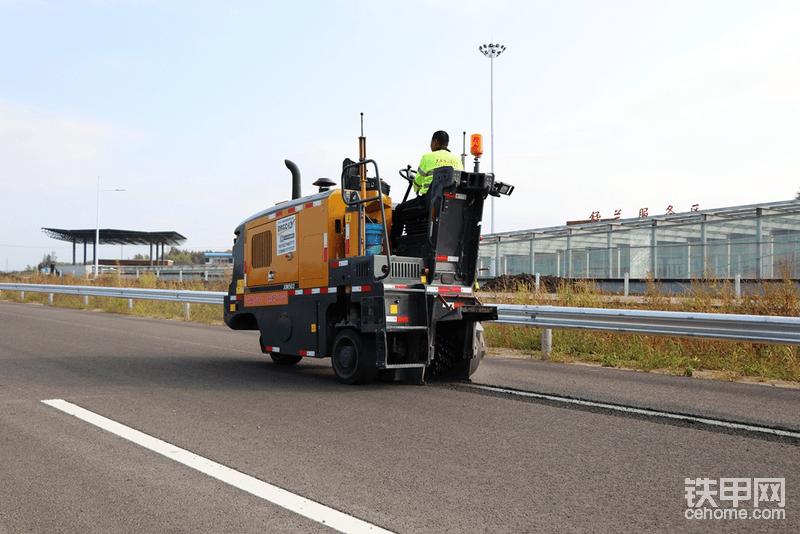 机子不断更新换代,这台机子是今年5月刚刚新提的,7月份就来到了吉黑高速项目施工,东北的冬天快来了,该路段施工已经到了尾声。