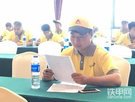 挖掘机学员杨绪辉来自苏州,今年刚买了临工E660F,考试现场没有过多打扰。等下重点采访。