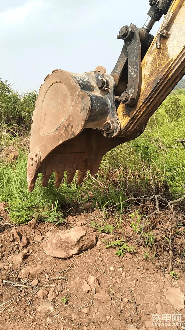原装斗小点,挖树坑要小斗这个斗也大了,昨天晚上换上。前面的斗是用快速连接器,以前改装过后才装上的,两根轴都是60的,马拉头比小臂要宽两公分多。原装斗马拉头窄两公分多,后面动连杆,的那根轴是65的,所以原装斗用快速连接器用不了。 先把两根小管拆下,本来是要根两头都是90度弯内丝头的小油管直接把两根管接通。没有管子,就想把两根软管堵上,没有堵头,找了很久没有合适的螺丝,这细丝的丝口,一般没有螺丝,还好在家找到个直接接头,才得以把这这解决。 这再把轴给拆下,不知道怎么的,把拆下来的轴直接往孔里放,还需要用锤子用力敲才会进去。 一边的轴套也出来了一公分,把一公分钢板割的垫钱内侧磨出锥形边,没拆之前,都不知道里面的轴套出来了。 把斗装上后,没多大间隙,挺好的,这才知道原装的垫片忘记放里面了