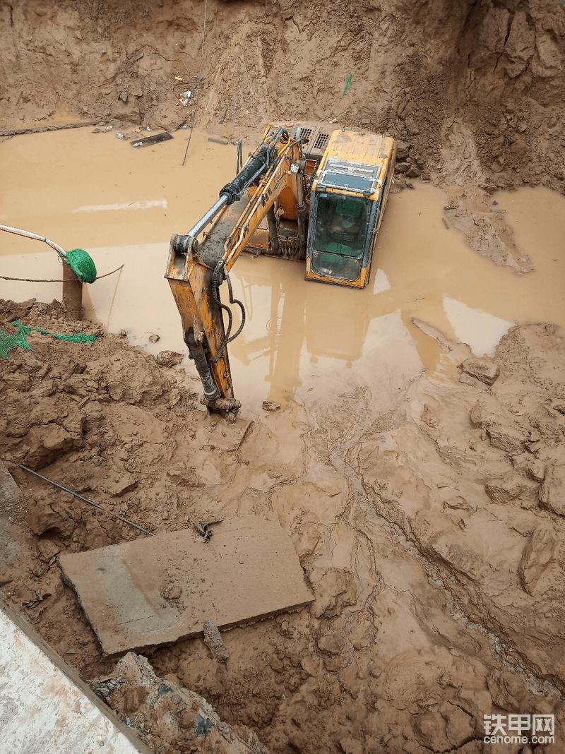 求指教!挖机被水淹后如何索赔!