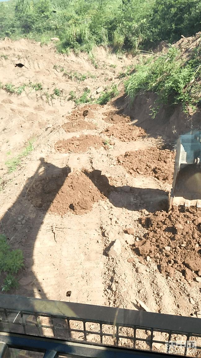 嗯,如果并排打的不能达到3米,3米三米以下的情况,打树坑为三角状打法,保持树坑与树坑之间的距离至少是三米。