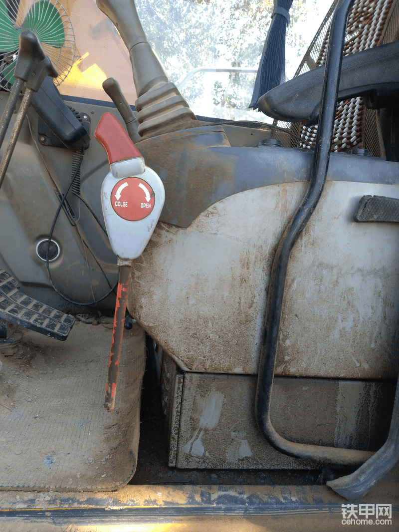 这安全阀坏了,没修呢还,现在只要发动机打着火,就有动作,上下车还得注意别碰着操作杆,不然很危险!里面油乎乎的,两边的子弹头都漏油有段时间了,等没活了就全换了,安全阀也修修