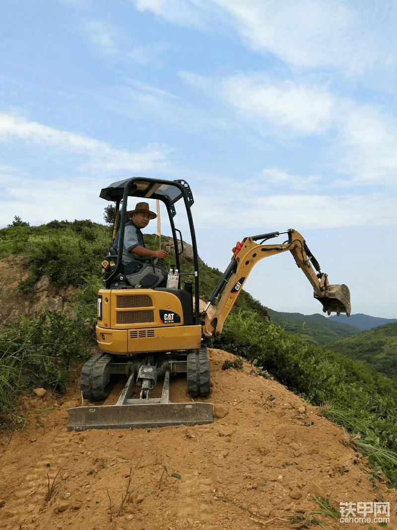 17机上山――村内山顶游步道施工节点繁忙而艰巨!