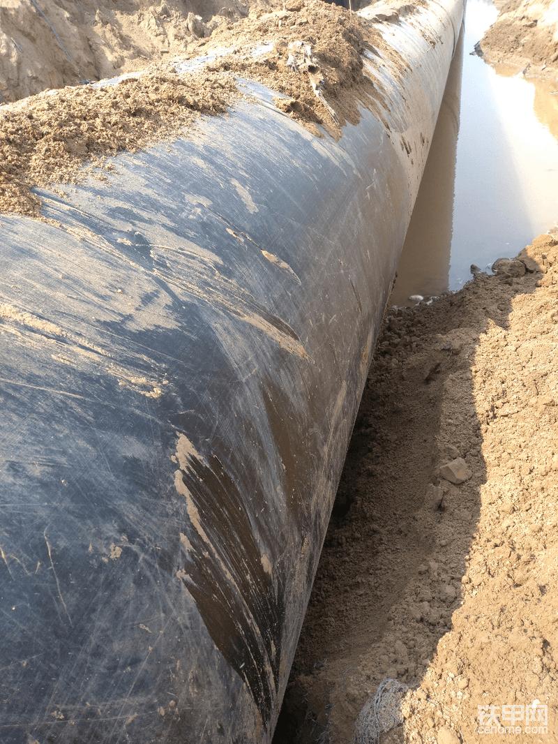 国家基础工程建设力度大,身为工程机械行业的一员,也能为国家基础建设工程贡献自己的微薄之力!自豪! 今天的主角就是他了!这是河南商丘市热力公司铺设的供热主管道,这段是过路全程非开挖段,用定向钻机钻孔铺设!这道管,直径1.4米,加外保温防腐层直径共1.6米粗,每根12米,重量有5吨!