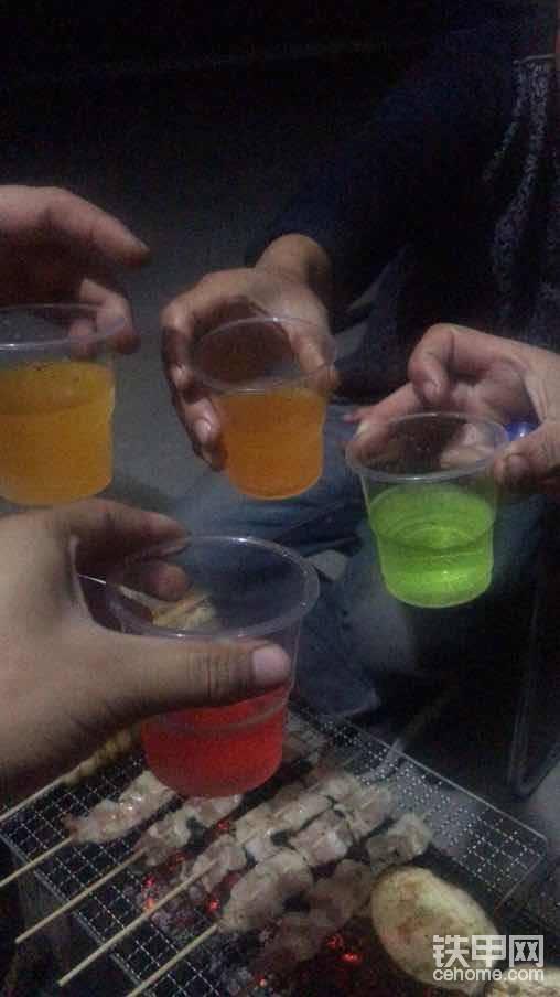 四个好哥们欢聚一堂共同举杯,感谢姚总、何总;梁总的陪伴……