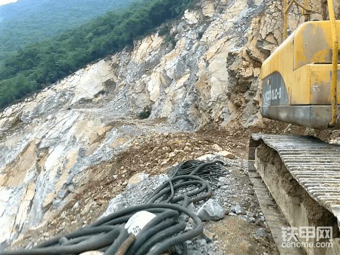 上图为10年学徒,1个月后自己开玉柴挖机挖平台。