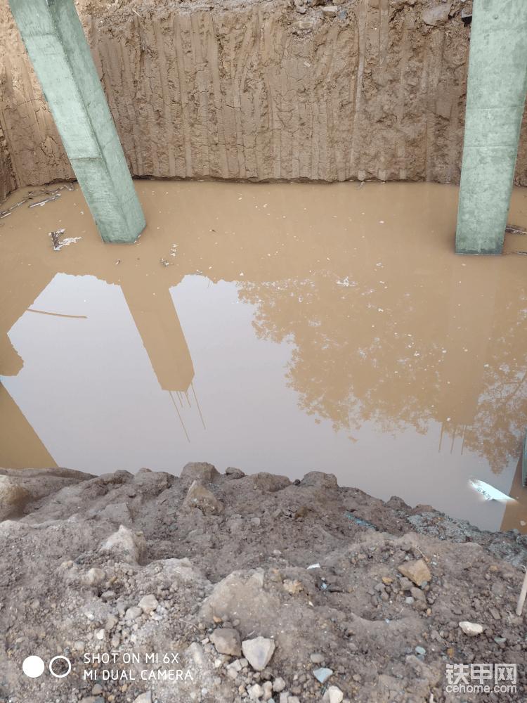 老铁们,你们觉得有水在基础里面,然后回填泥巴,会不会下沉啊,我到觉得会下沉
