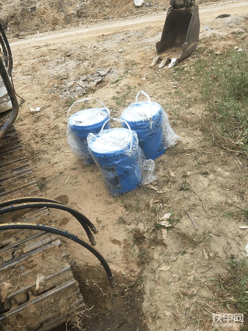 本来买的日立原装液压油,但是只有一桶。搭过来时候修理工说不够,就去换了唐纳森的。不知道好用不。对方也是两台日立都在用!