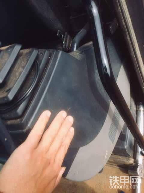 操作手柄下面塑料件里面也都有年份表的,这里我就不拆了,以前另外一台神刚普8换子弹头油封的时间就见过。