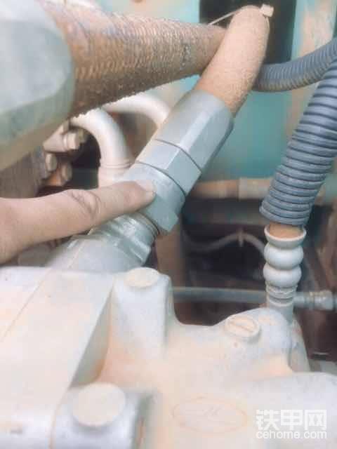 最后就是机油管头上面的年份钢印了,我们去深圳买挖机也主要是看它了。因为动力这样主要部件不能和挖机出厂年月份差太远。塑料件差几个月不纠结,这个不可以!
