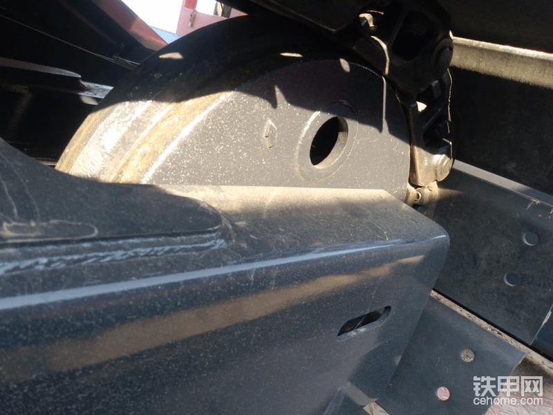 引导轮这边看着材料薄一点,那个轮子,看着也没大挖机上的硬气,里面是空心的,还开俩孔,时间长了里面肯定都是泥,而且还很难清理出来