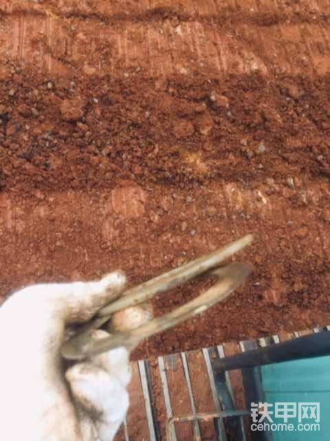 我多年的经验'挖斗间隙过大用铁的,间隙过小用橡胶。                                挖斗间隙大想必挖斗铀锃和铜套肯定也磨损过度,挖斗晃动不均,橡胶材质放进去就会过早损坏,所以用铁垫片更佳。                                                           挖斗间隙过小的可以用橡胶垫片,橡胶可以阻隔挖斗和马拉头铁磨铁现象,延长挖斗和马拉头使用寿命。