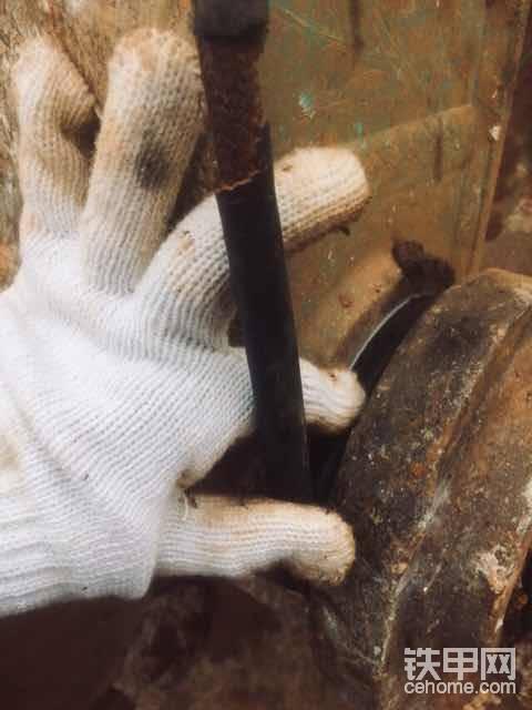先量尺寸……很简单,油管进去绕一圈,记得绕紧点,在多余的油管处做个记号。
