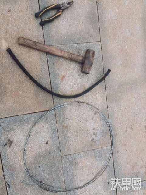 """好了,挖斗间隙解决了才能上防尘套,间隙小才可能更有效的使用我的自制防尘套。                                         准备的东西上图~钳子,铁丝,锤子,和废旧液压油管(废旧液压油管尽量选带钢丝的耐用点,挖机大小不同、选废油管的直径要和挖斗之间隙来决定,大挖机放小油管肯定不行,小挖机放大油管也不可以,废油管合适自己挖斗间隙最好。),对了还加上一双手套,保护我们的双手,毕竟大家们都是靠双手吃饭的。<img class=""""smiley"""" src=""""/img/smiley/new/tiejia1.gif"""">"""