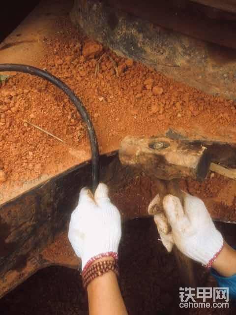 钢丝油管有切割机最好,没有的话就学我,看图……不解释了。