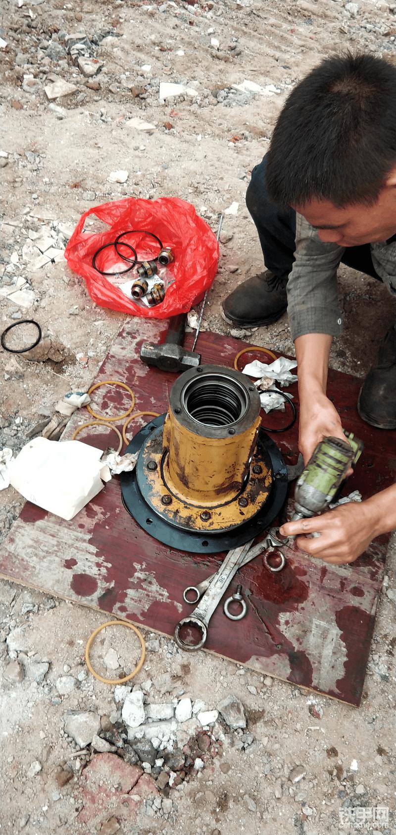 旧油封拆下来还很新跟新买的油封对比油封宽度窄了,外径小导致漏油
