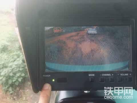 这是后视摄像头显示器。很简单,手指处开关键,晚上建议关了,晚上没用,没夜视功能,还刺眼睛。