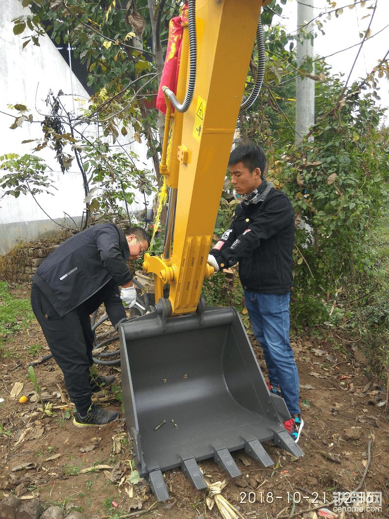 拆大斗准备换上小斗,下午挖水管道。