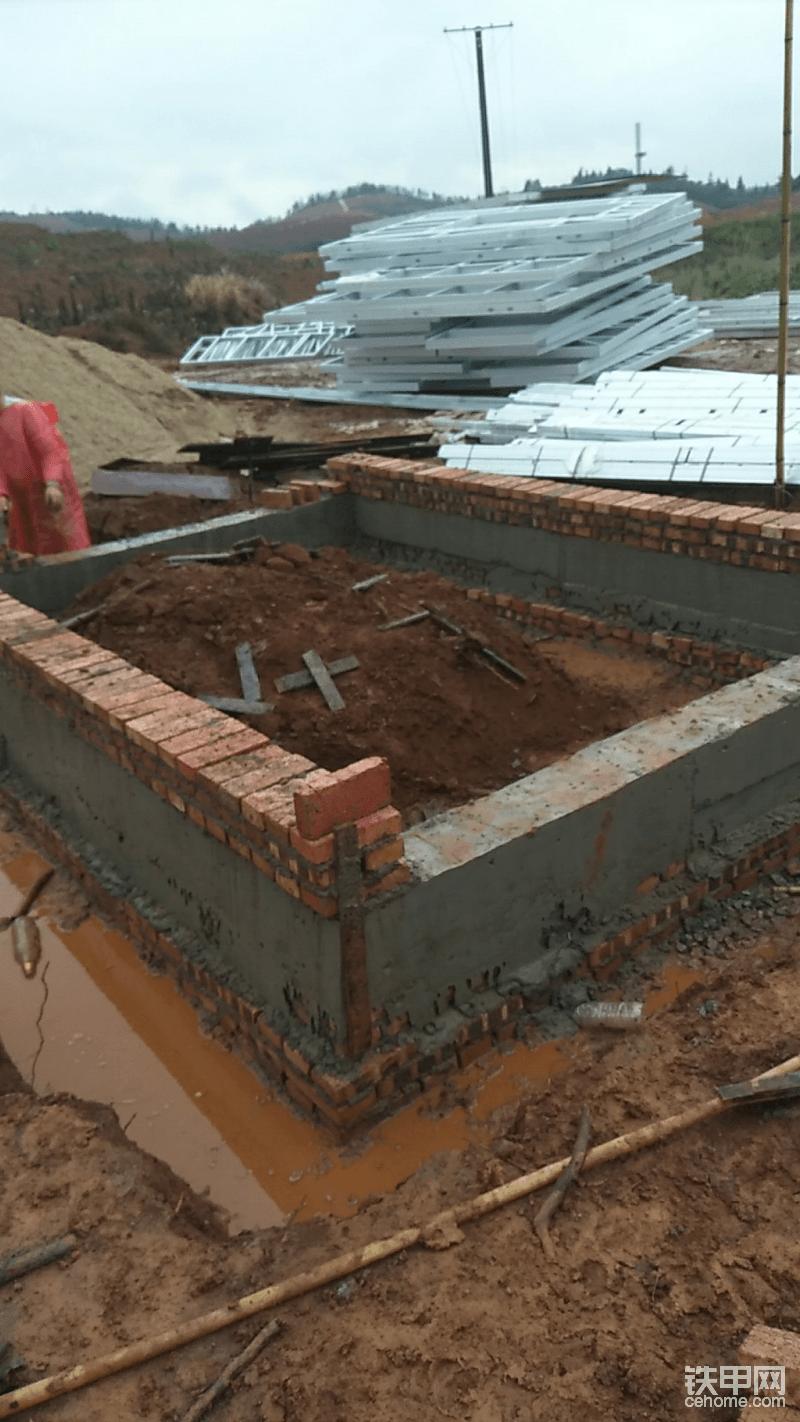 没办法看着有砖用砖补上,结果什么碎砖都从泥土翻出来了,还差五十多个,明天叫他们用混凝土装模浇筑好。