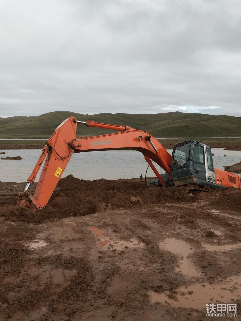 如何避免挖机陷入烂泥里面