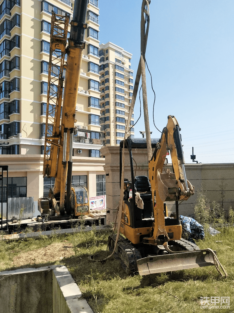 挖机入院后,就是把院子里的泥土翻到外面路上,院子泥巴下面管路重新改线……