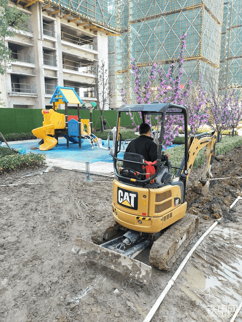 土豪丙:万科.乐清中央公园,售楼部样板区紧急突击,排水管道布置开挖。