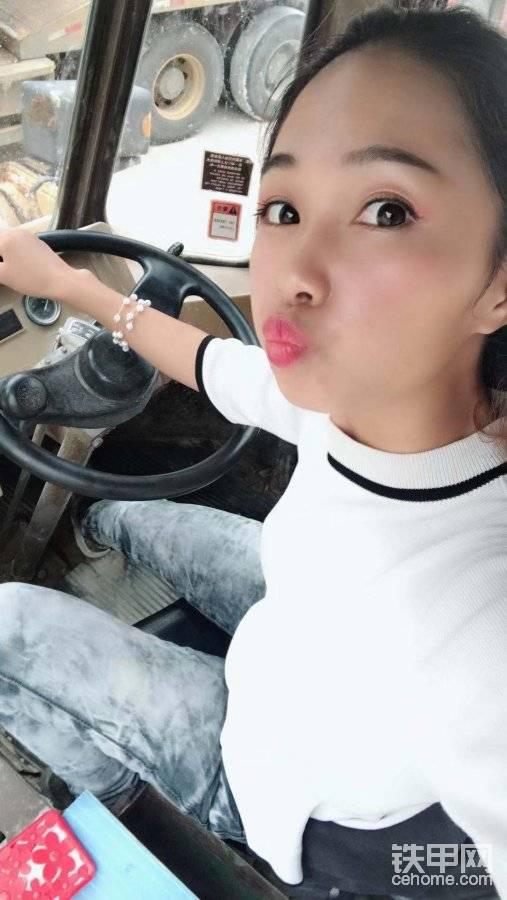 【小姐姐来报道】15岁学铲车,已经是8年驾龄的老司机了