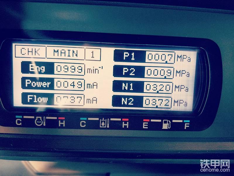 第一页参数含义   发动机和泵  CHK 模式切换  , MAIN  单元切换   ,1 页面切换  ,Eng 发动机转速  ,Power 输出功率控制比例阀 实际电流值  ,Flow 流量控制比例阀 实际电流值 ,P1 泵1流出压力 ,P2 泵2流出压力,N1 泵1反向控制压力, N2 泵2反向控制压力
