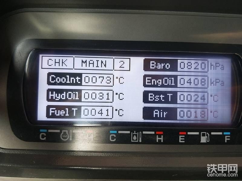 第二页 温度与压力  Coolnt 发动机水温,Hydoil 液压油温度 ,Fuel T 燃油温度 ,Baro 大气压力 ,Engoil 发动机机油压力,Bst T 增压后进气温度 ,Air 增压前进气温度。在这里也说一下,当增压后进气温度高于电脑设定值 我这个车80度,车子就会进入保护状态,一直怠速到温度降到正常值,约60度会解除怠速状态,出现此问题可检查中冷有无遮挡,进气支管有无变形等,或者维修用不合格副厂件等。