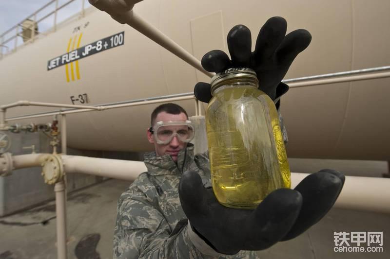 首先针对挖掘机来说。 1.冬季燃油:切莫凑合用些低品质柴油,都是-10-20的油差别特别大。那么标号不够起了蜡皮后不能启动怎么办呢?我一般会去当地中石化买一小桶的航空煤油进行勾兑。直到蜡皮溶解,具体的比例就不说了,自己勾兑着看,一定每次少兑。当然有人说用汽油也行,强烈建议不要这么做。会损坏柱塞喷油器,得不偿失。待勾兑完成后更换燃油滤芯即可启动。