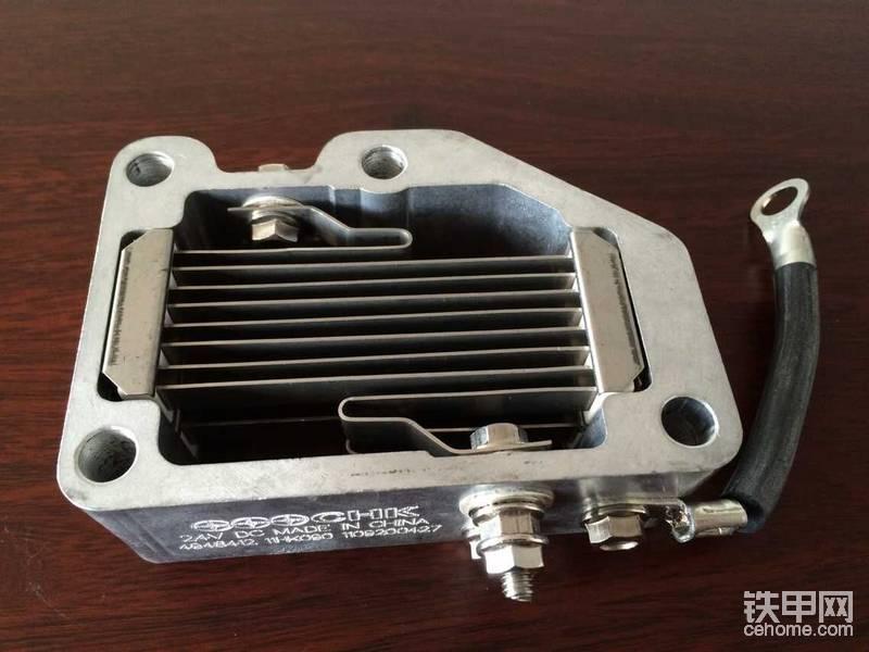 7.预热机构:大部分车都有安装预热装置,预热时千万观察电瓶线和保险。尽量对预热装置检查保养到位。且记不到万不得已时候不要用启动液。因为启动液是爆燃品对发动机是有一定的伤害的。没有预热装置的也可以安装进气预热装置,没几十块钱。