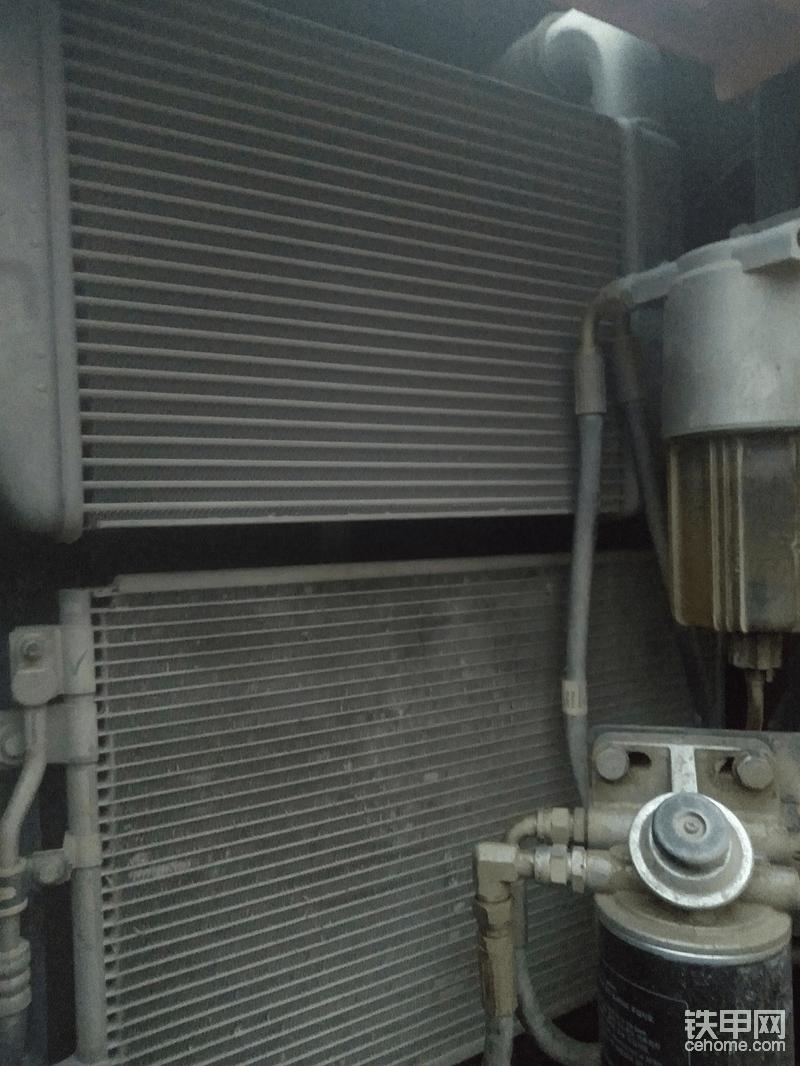 外面贴了纱窗能过滤掉很多小虫子,上下散热片区别很明显!
