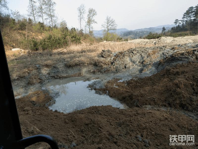 这是把泥卷走之后留下的大坑,一直挖到硬底,不然挖机跟本上不来!
