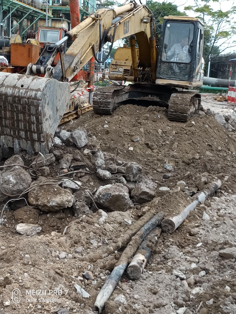 准备退场,不干了!工作面极小,还要深挖六米把地下的钢管填