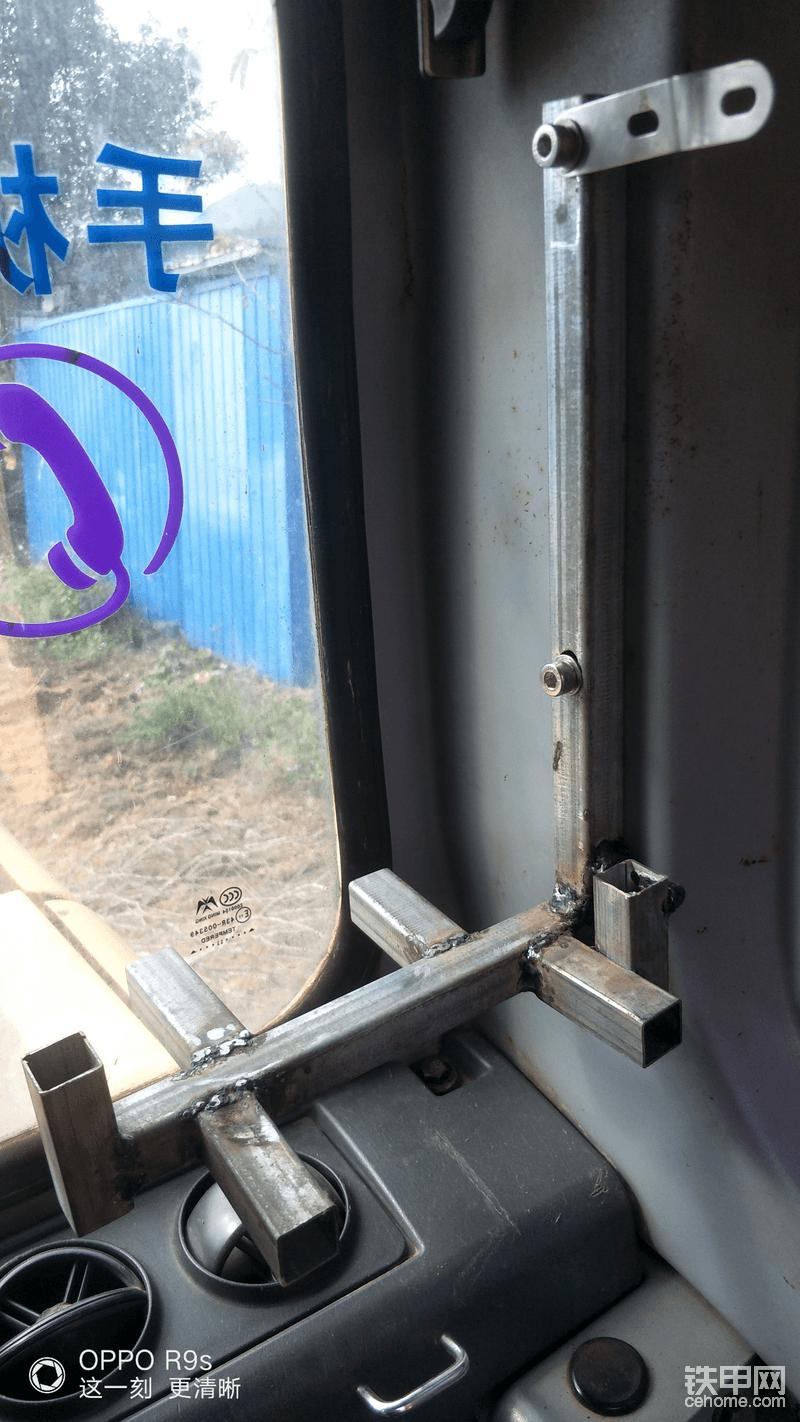 首先把自己之前量好尺寸焊接的主机架锁在挖机后柱上,这个是原车就有的孔,直接完美安装