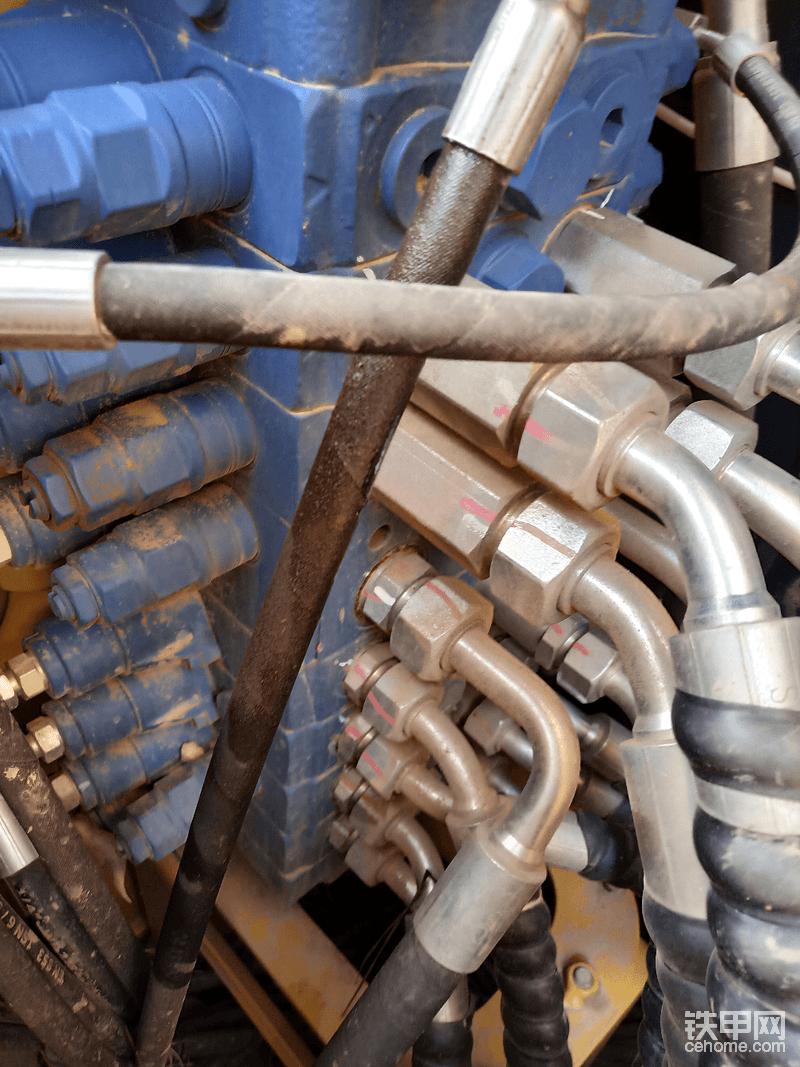 唯一一个渗油的地方,个人认为可能这根管子的管头没压紧😂。。