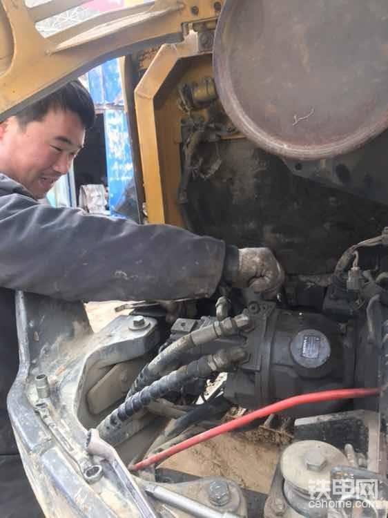 说干就干,把液压泵管路拆除(尽量拍照记一下,别弄错了管子)