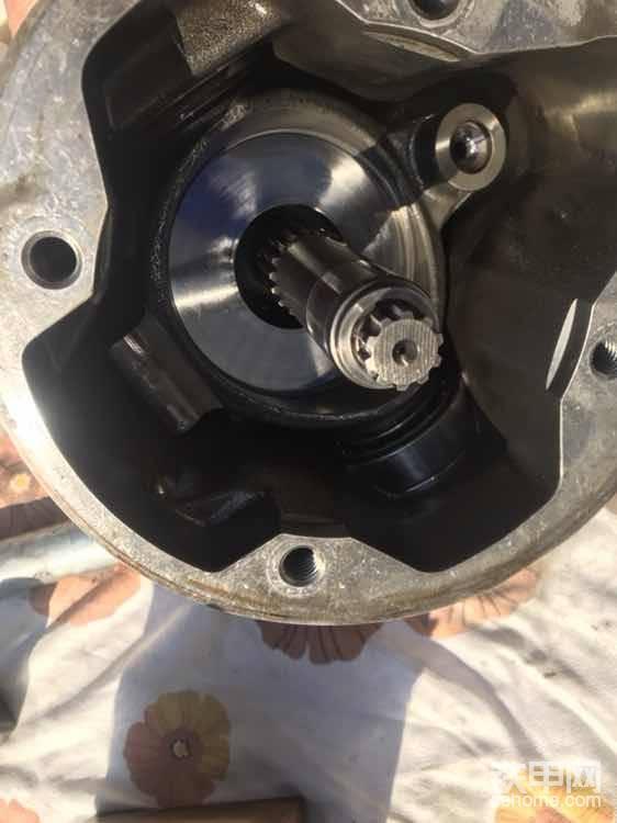 大泵轴,下面是叫摇摆(柱塞泵是一个斜面的供油结构,靠改变斜面的大小控制泵油量大小)