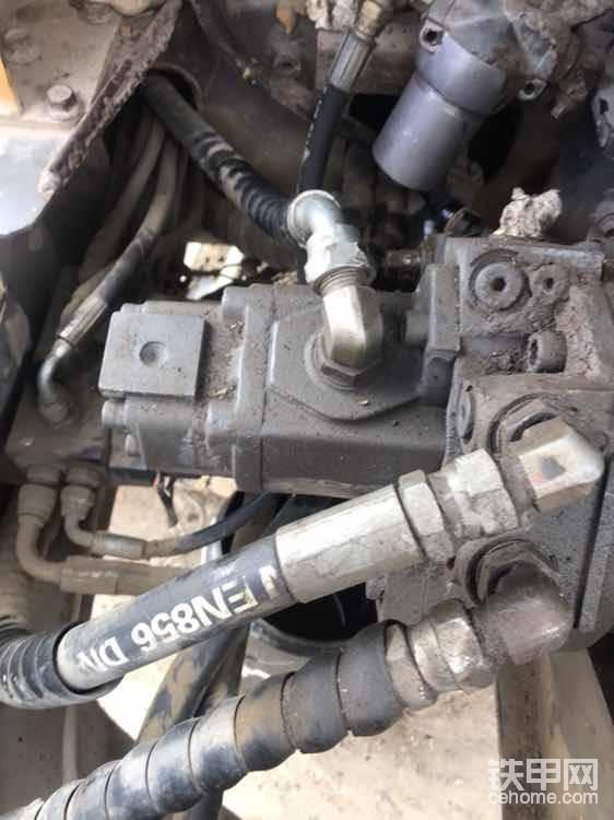 后面就是所谓的先导泵(其实沃尔沃在这个泵负责旋转和推铲,出来的一根管子叫P3管)如果旋转,推铲无力,可以试一下是不是这个齿轮泵的问题!