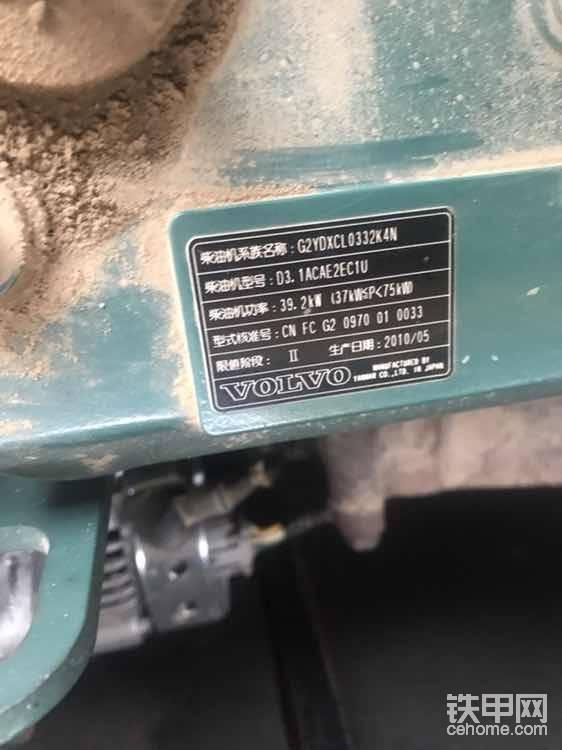 发动机罩盖上面有生产日期,编号,功率等等(有的挖机没有这些标签就要小心的仔细辨别了)