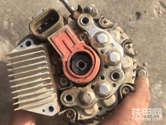 后盖开了宝贝👄,里面是内置调节器(带碳刷),还有就是二极管,中间是转子,轴承,里面有线圈。
