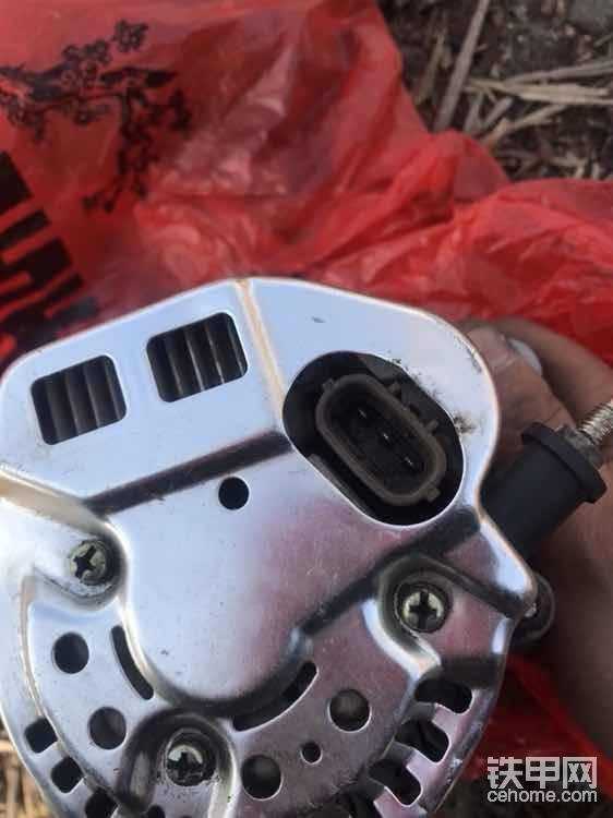 """发电机后面,一个主线,三根副线插头,不锈钢后盖!大接线柱是正极输出短,也是最粗的线,插头里面三个分别是负极输出端,磁场接线柱,发电机中性点输出端(输出电压比正极输出端电压低),这是发电机的原理,要想修一样东西,先弄清原理是最方便修理的!怎么样王师傅还是有两把刷子滴<img class=""""smiley"""" src=""""/img/smiley/new/tiejia3.gif""""><img class=""""smiley"""" src=""""/img/smiley/new/tiejia3.gif""""><img class=""""smiley"""" src=""""/img/smiley/new/tiejia3.gif""""><img class=""""smiley"""" src=""""/img/smiley/new/tiejia3.gif""""><img class=""""smiley"""" src=""""/img/smiley/new/tiejia3.gif"""">"""