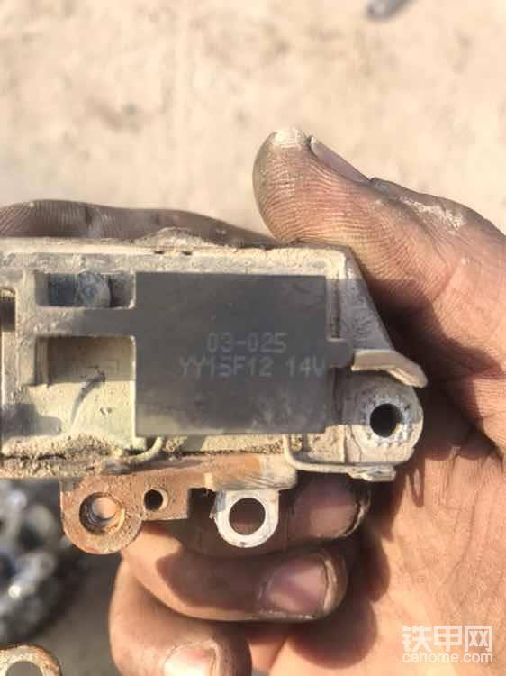 调节器后面有型号,编号,输出电压