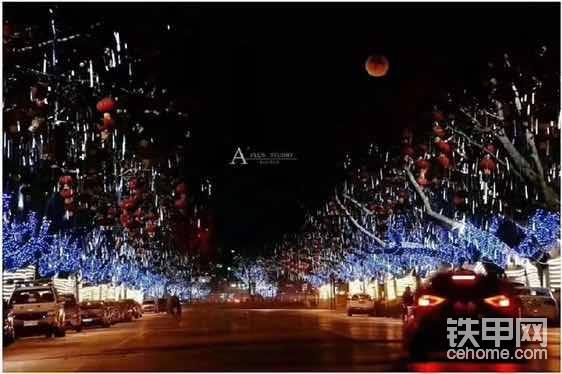 当夜幕降临,城市各处的灯火次第亮了起来。 一盏盏明亮的路灯与绿化树木、楼顶房檐、墙面上的彩灯交相辉映,路两旁的建筑个个流光溢彩,构成了一座彩色城市……
