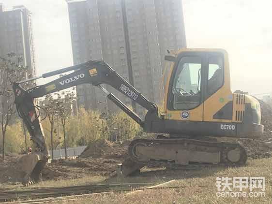 """就是这台沃尔沃在那里干的,中煤集团里面,也是先先后后换了好几台挖掘机,最后才选择的我的挖机在里面长干(他们挖机技术好的不听指挥,听指挥的吧干的又不行<img class=""""smiley"""" src=""""/img/smiley/new/tiejia3.gif""""><img class=""""smiley"""" src=""""/img/smiley/new/tiejia3.gif"""">),我去里面先打一圈烟(必须用好烟,一般般的烟不要用,给人家也不当回事),唉~这一圈烟一上,指挥你干活的技术员,工人等等,首先就对你印象好了,然后就给他们说:有哪里我做的不对的一定给我提前说,别干完了老板再相不中,是不是?唉~这人家一听,咱虚心呐,还听指挥,对不对?(其实大部分工地大老板去实地考察的时间很短,你挖机干的好不好全都是听技术员还有工人的意见,他们说你干的好就是好,你自己感觉技术再牛逼,他们说你不行,你就是不行[表情],行也不行,知道不?<img class=""""smiley"""" src=""""/img/smiley/new/tiejia3.gif""""><img class=""""smiley"""" src=""""/img/smiley/new/tiejia3.gif""""><img class=""""smiley"""" src=""""/img/smiley/new/tiejia3.gif"""">)"""